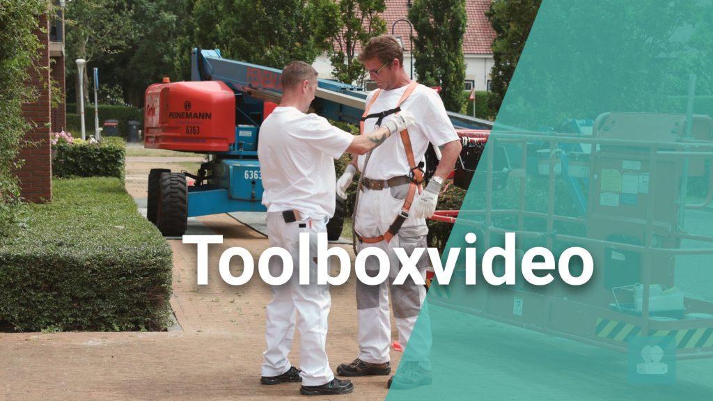 Medewerkers tijdens een toolboxvideo